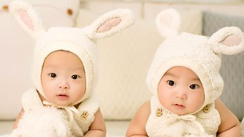 Media Name: baby-twins-brother-and-sister-one-hundred-days.jpg