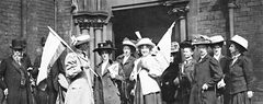 Media Name: suffragettes_demonstrating_outside_the_police_court.jpg